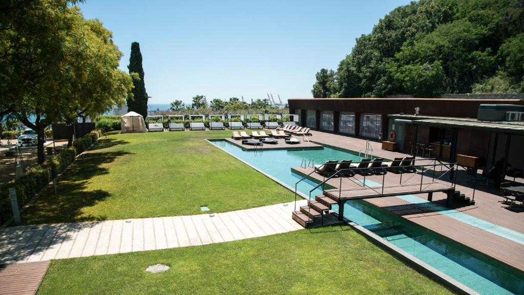 Бассейн в Hotel Miramar Barcelona GL или поблизости