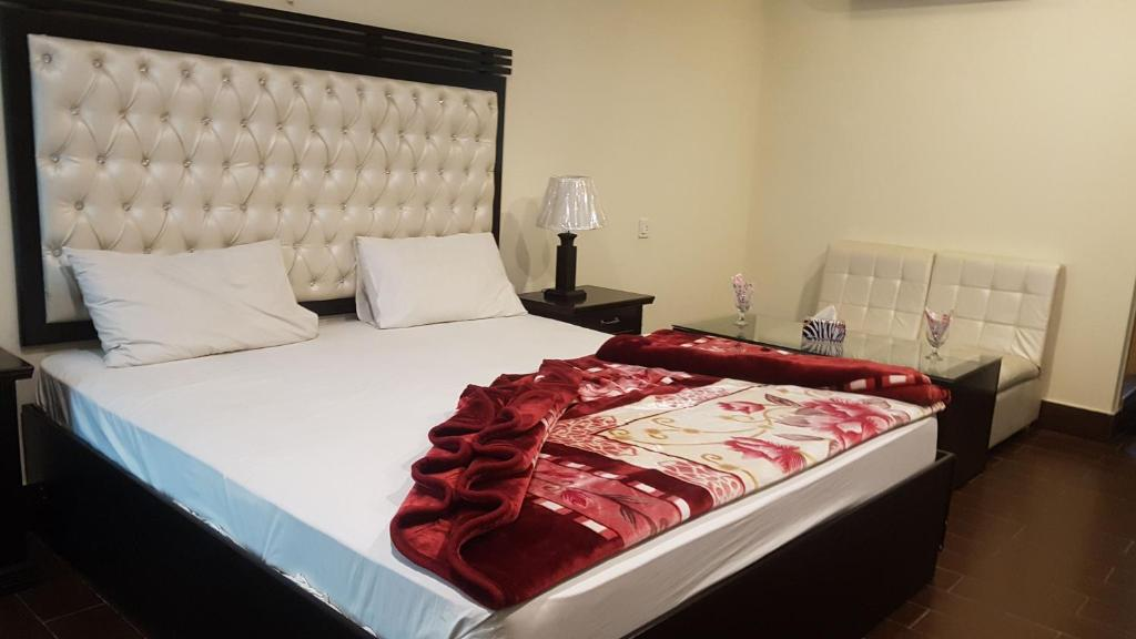 A bed or beds in a room at Hotel Civic - Gujranwala
