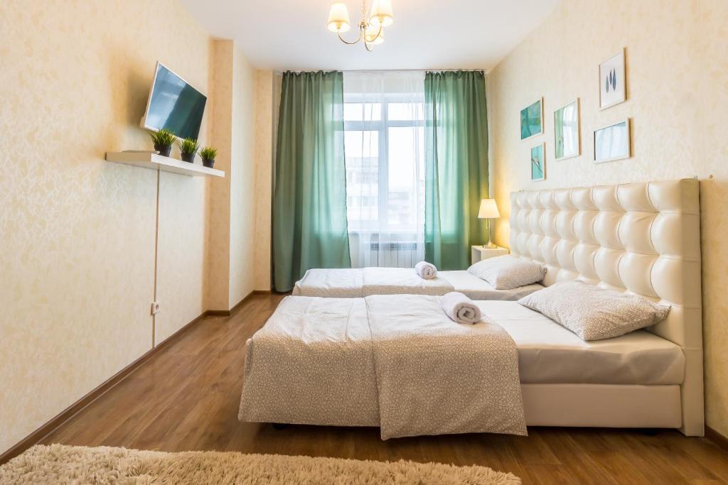 Кровать или кровати в номере KvartalApartments on Konotopskaya 4