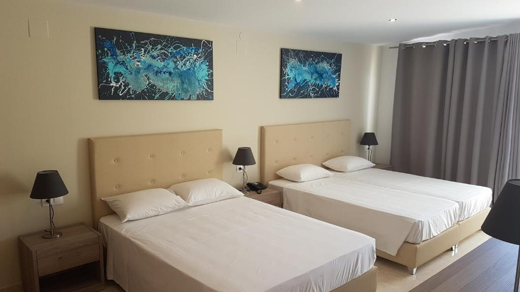 A bed or beds in a room at Hotel Prassino Nissi