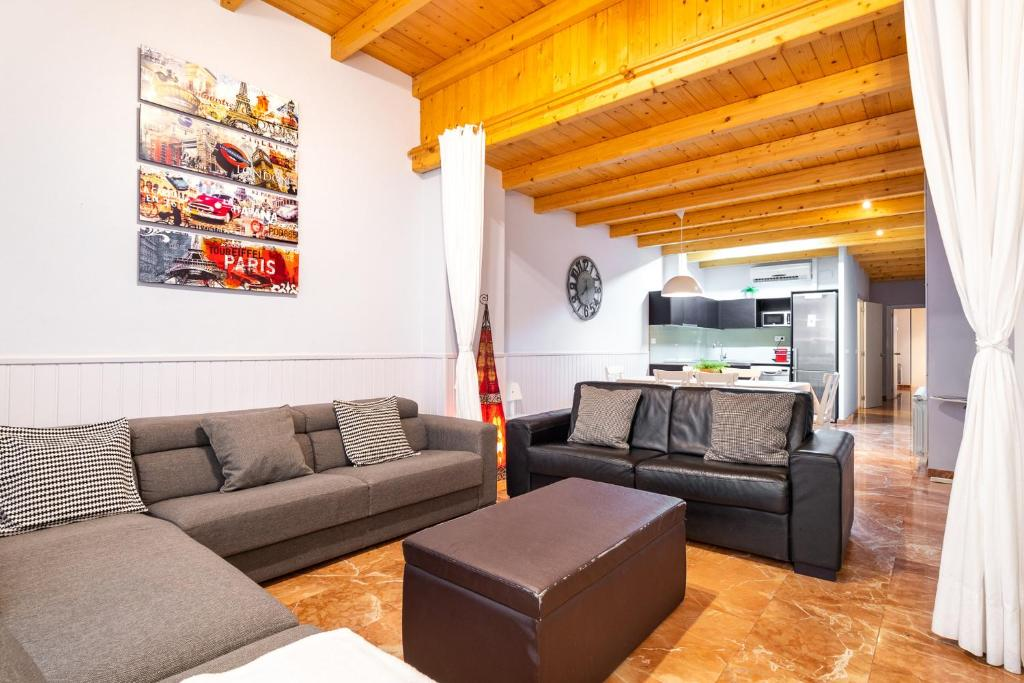 A seating area at Flaugier Apartments