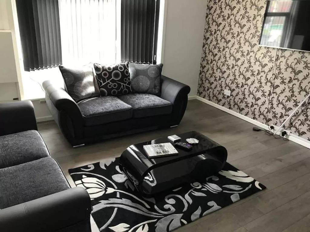 A seating area at Central 2 Bed Apartment (1)