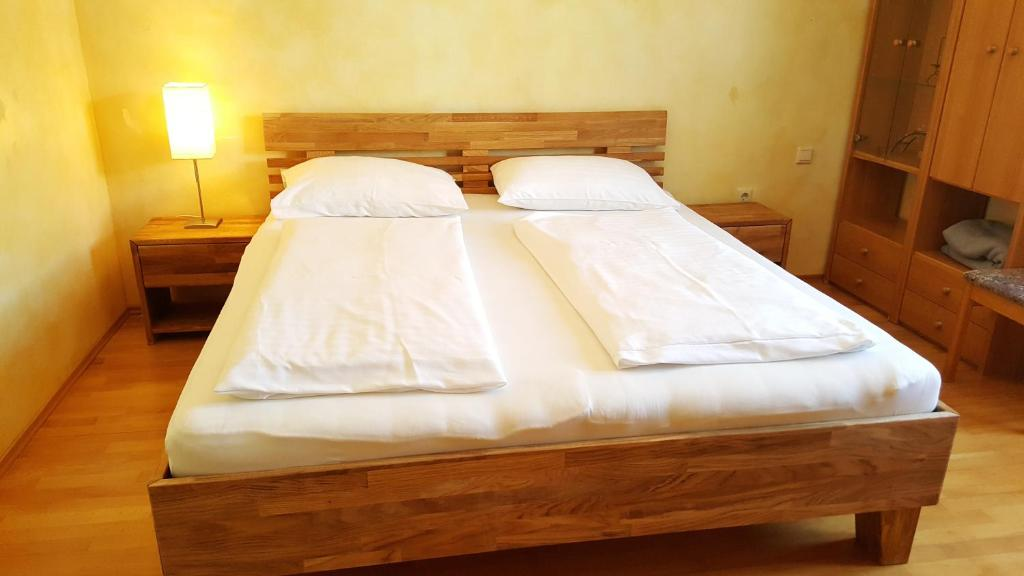 Ein Bett oder Betten in einem Zimmer der Unterkunft Gasthof Paradiesgartl