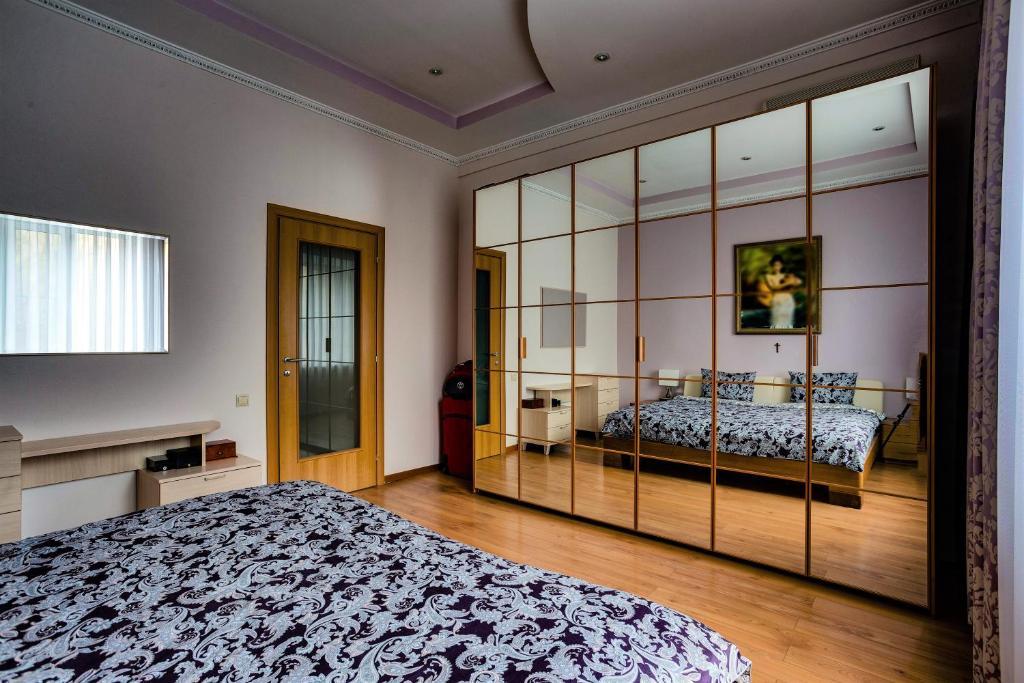 Кровать или кровати в номере Апартаменты Булгаков на Большой Садовой