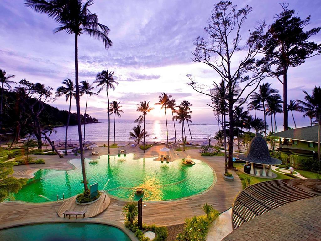 Der Swimmingpool an oder in der Nähe von Mercure Koh Chang Hideaway