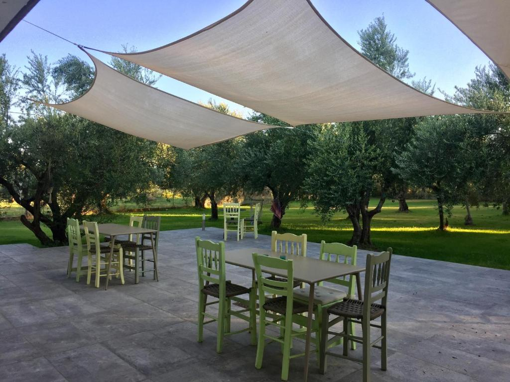 A restaurant or other place to eat at Anastasios Olive Garden Apartments