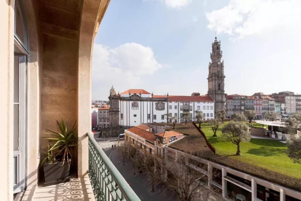 A balcony or terrace at Sunny wide view apartment Porto's center