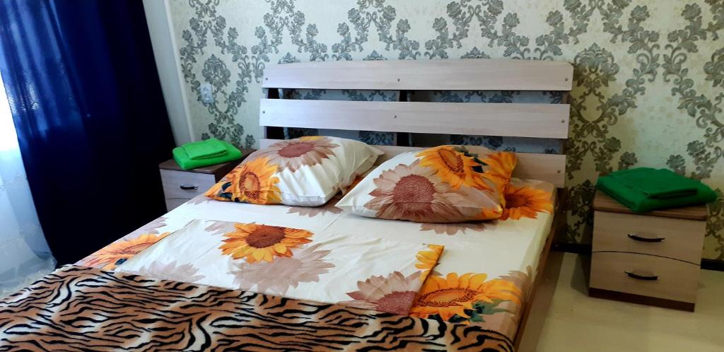 A bed or beds in a room at Гостиница на Челюскинцев 17