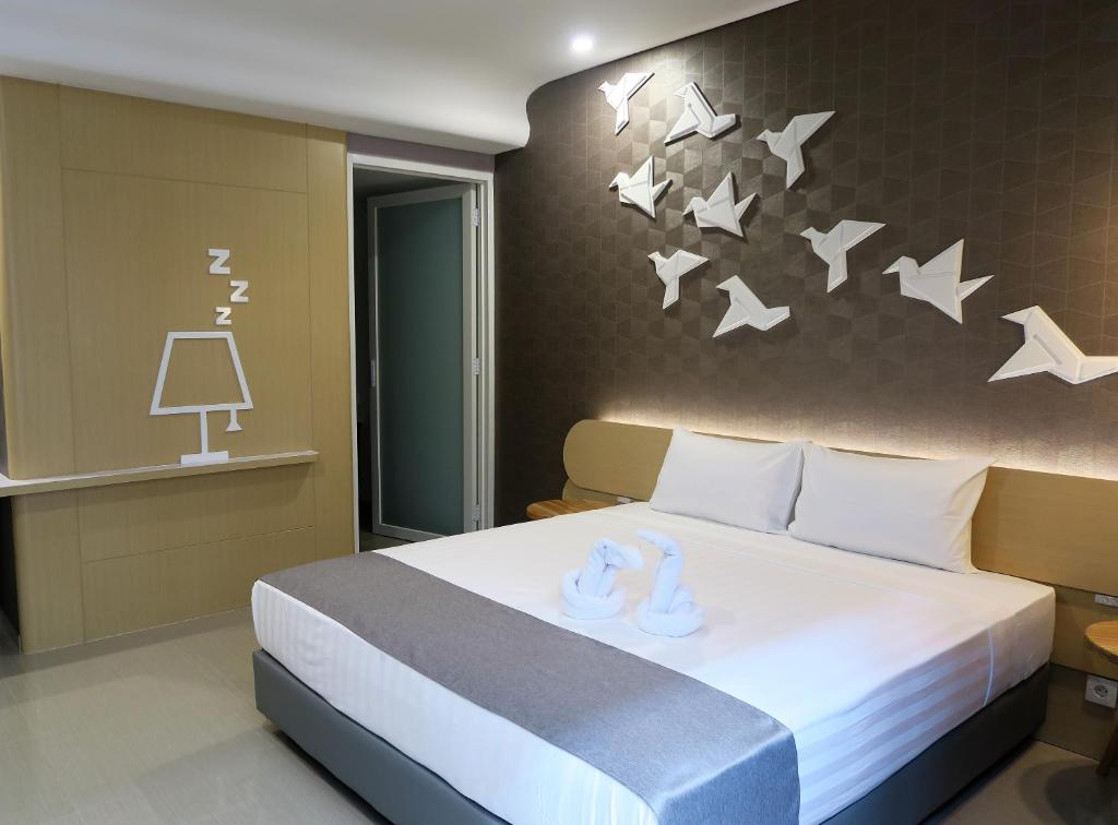 A bed or beds in a room at Nomaden Urban Stay