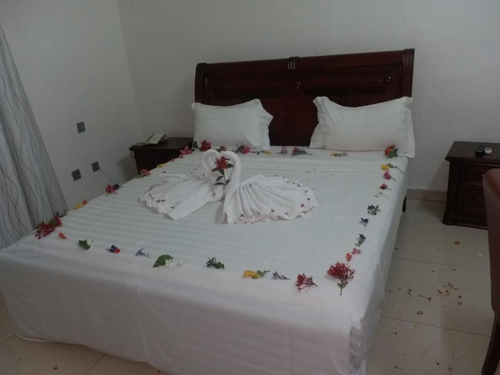 A bed or beds in a room at Hotel Ramonwende