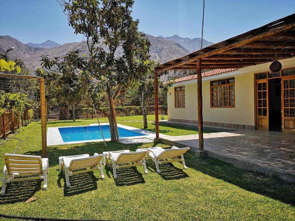 The swimming pool at or close to Casa de Campo Chinkay - Lunahuana