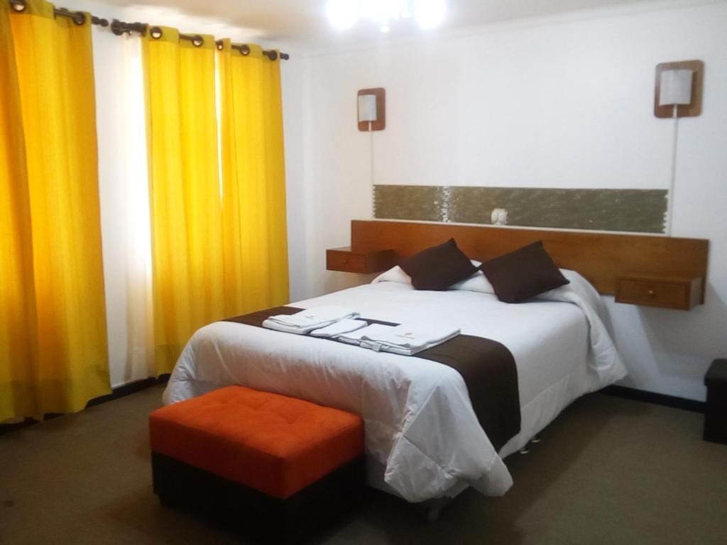 A bed or beds in a room at Hotel Sillustani Inn