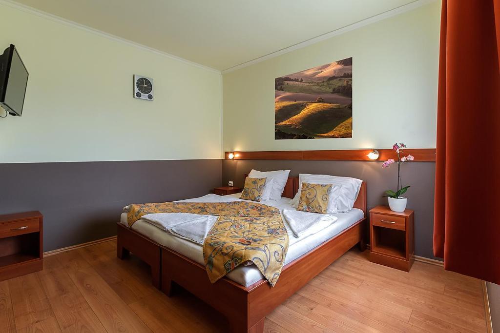 Ein Bett oder Betten in einem Zimmer der Unterkunft Aranypatkó Fogadó-Étterem