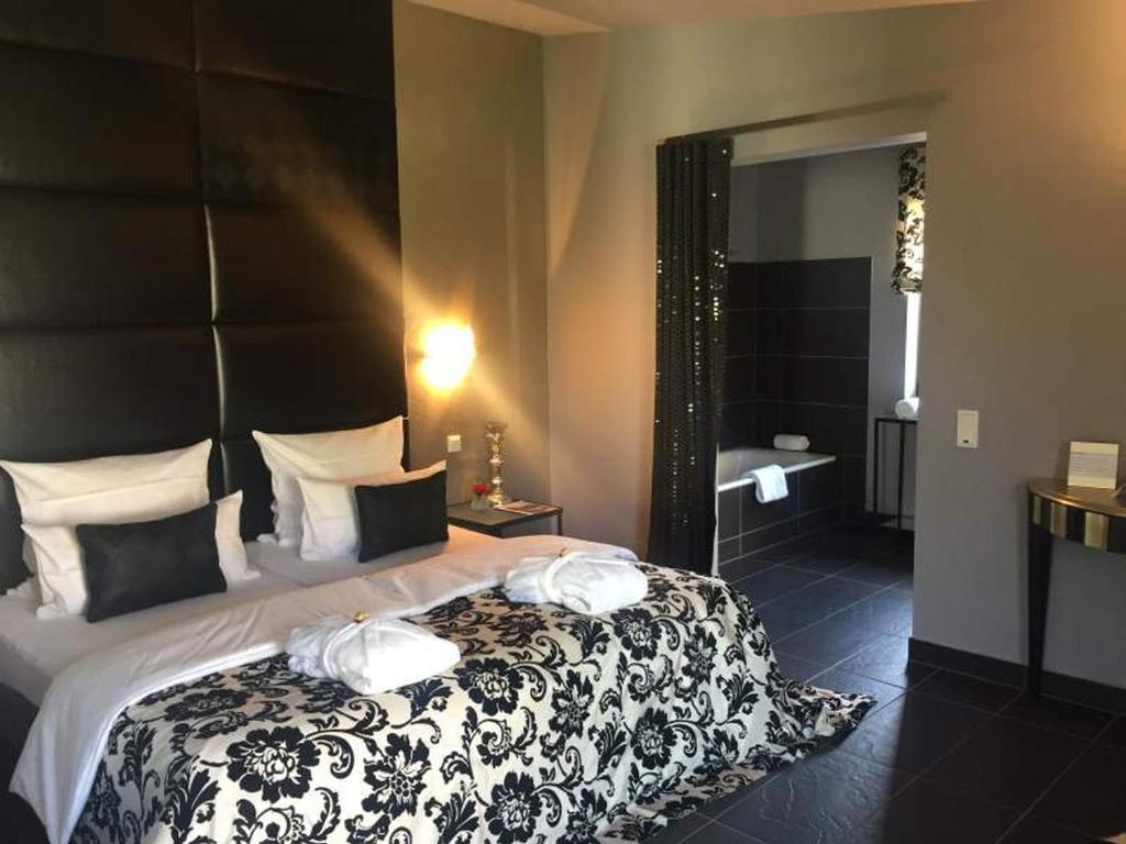 A bed or beds in a room at Jugendstil-Hof