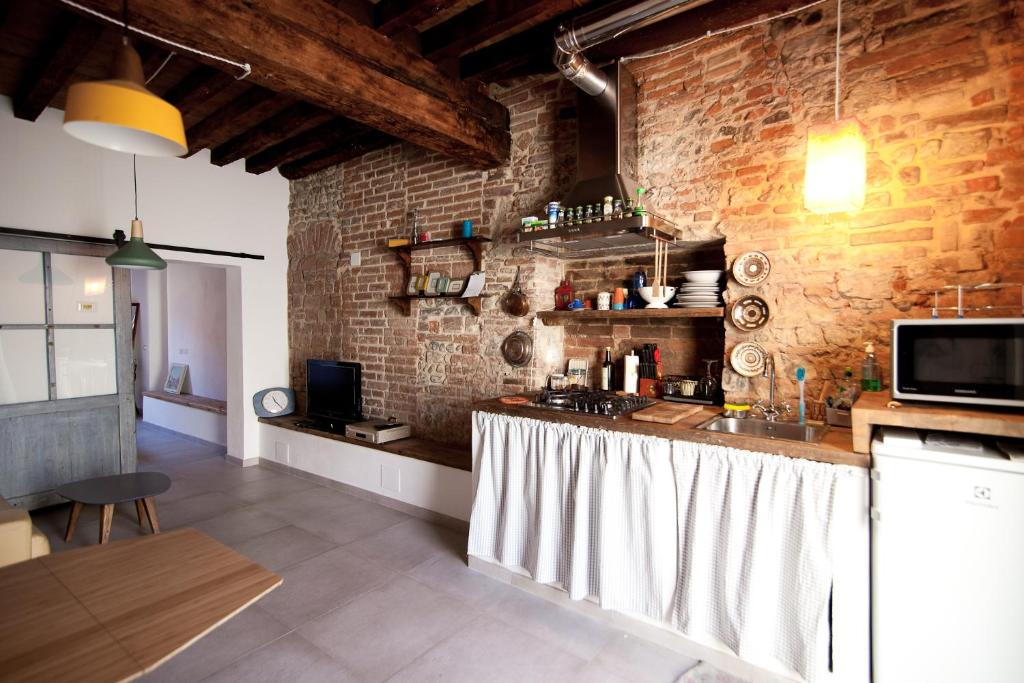 A kitchen or kitchenette at A casa tua - Apartment in Florence