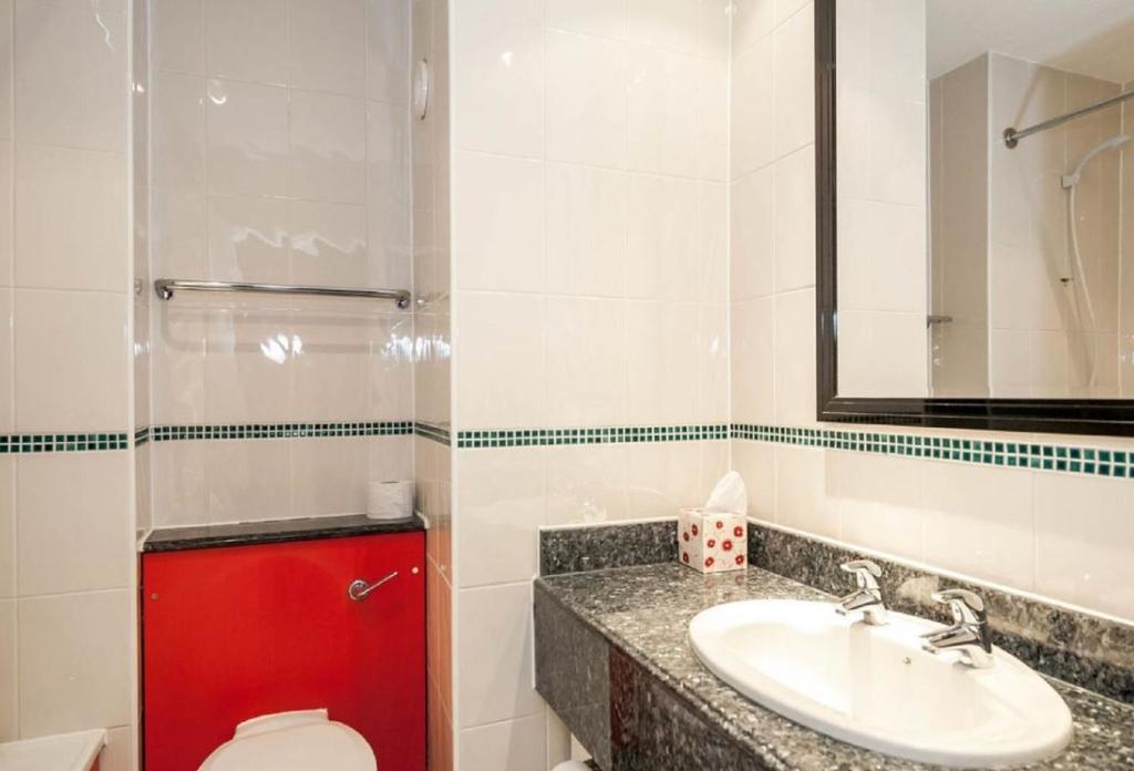 A bathroom at Britannia Edinburgh Hotel