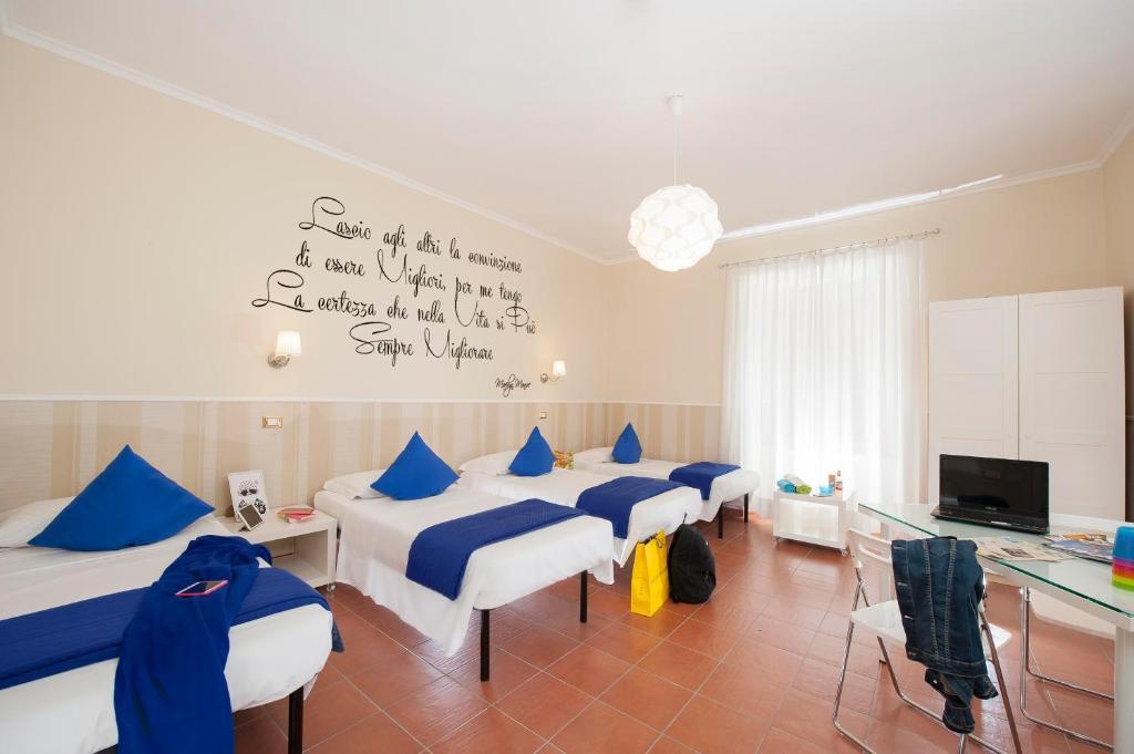 Ein Bett oder Betten in einem Zimmer der Unterkunft Des Artistes Budget Rooms