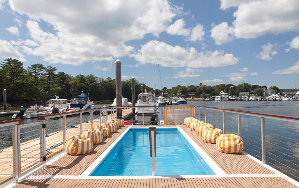 The swimming pool at or near Yachtsman Lodge & Marina
