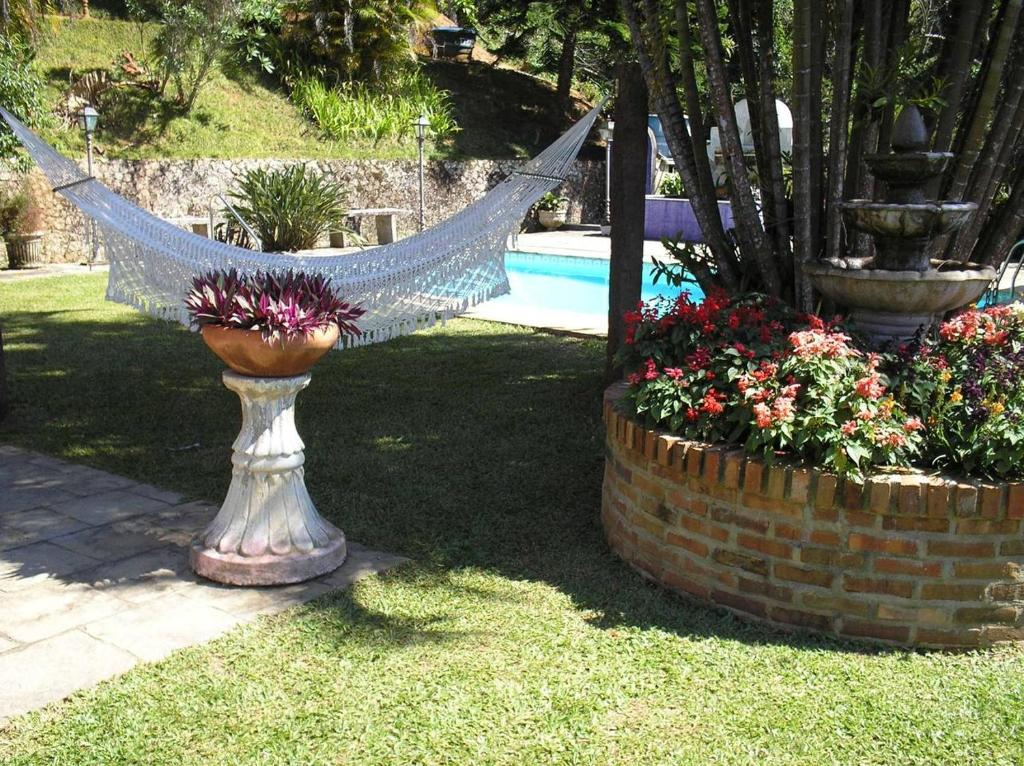 A garden outside Suites em meio a Mata Atlântica