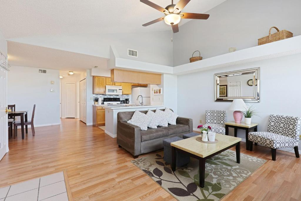 A seating area at 2-Bedroom Cozy Condo Unit, 8 miles from Disney!