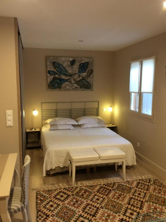 A bed or beds in a room at CHEZ ELLES 2