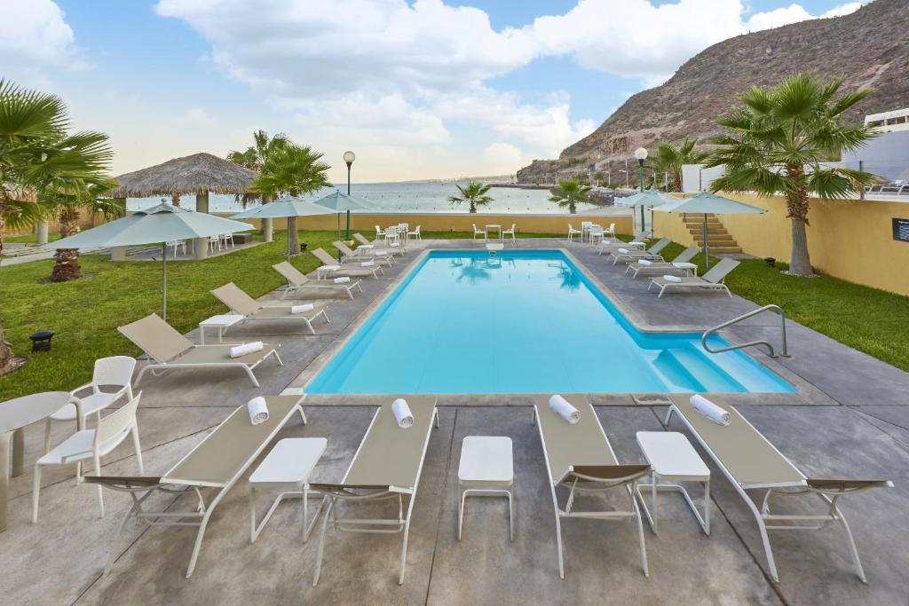 Vista de la piscina de City Express La Paz o alrededores
