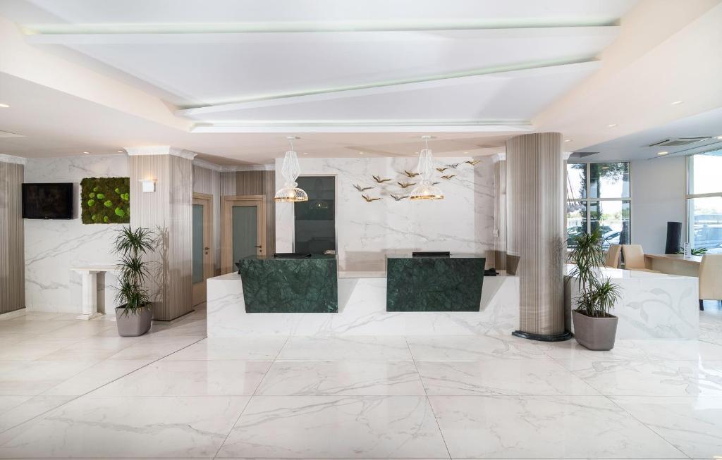 Лобби или стойка регистрации в Portes Beach Hotel