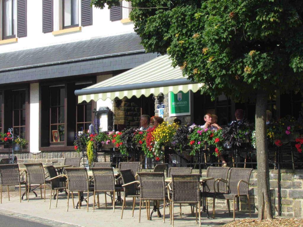 Ein Restaurant oder anderes Speiselokal in der Unterkunft Hotel Restaurant Des Ardennes