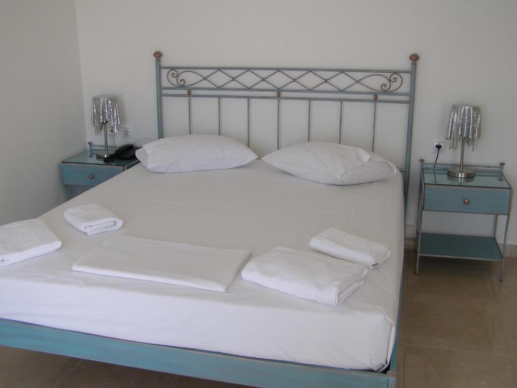 Säng eller sängar i ett rum på Apollon Village Hotel