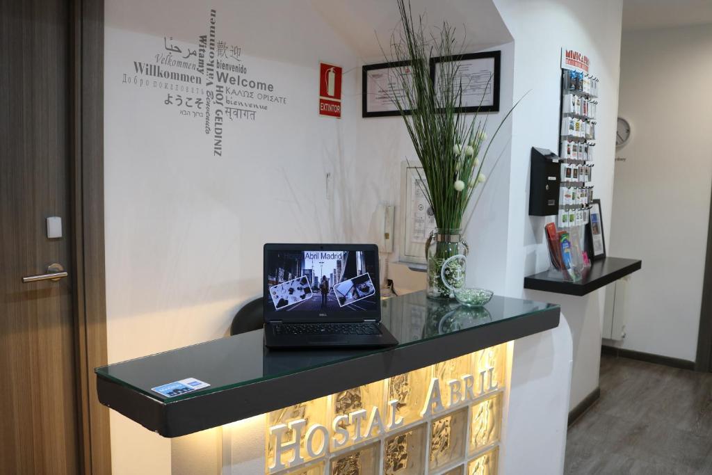 Télévision ou salle de divertissement dans l'établissement Hostal Abril Madrid