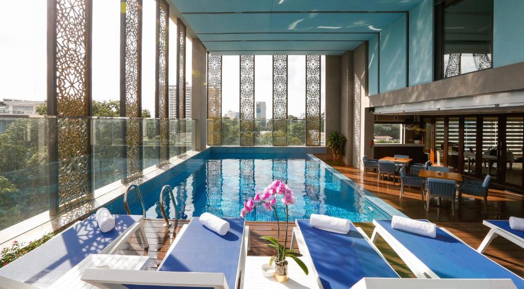 Der Swimmingpool an oder in der Nähe von Orchids Saigon Hotel