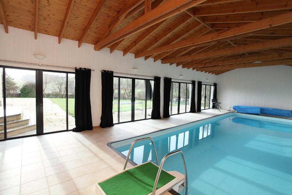 The swimming pool at or close to Craig Alvah Lodge