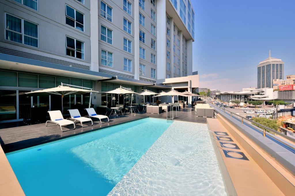 The swimming pool at or close to Radisson Blu Gautrain Hotel, Sandton Johannesburg