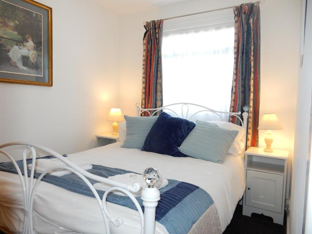 A bed or beds in a room at Dartmouth Chalet Holidays
