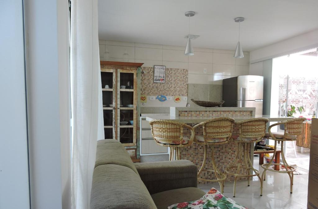 Uma área de estar em Casa João de Barro