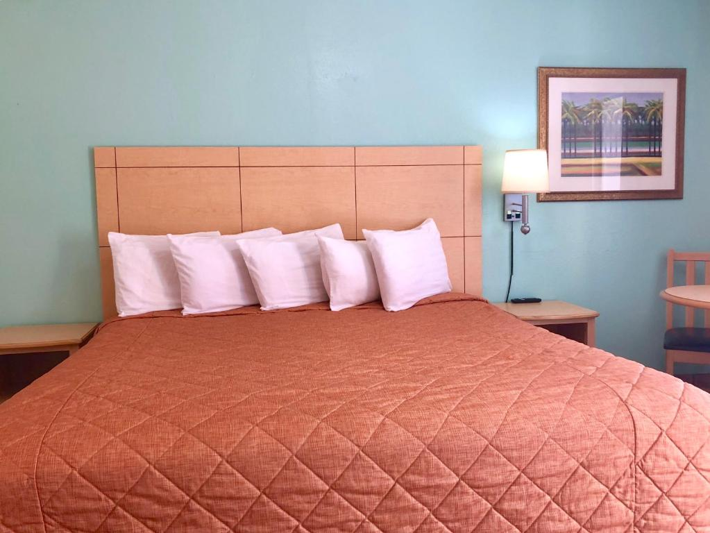 A bed or beds in a room at Dunes Inn & Suites - Tybee Island