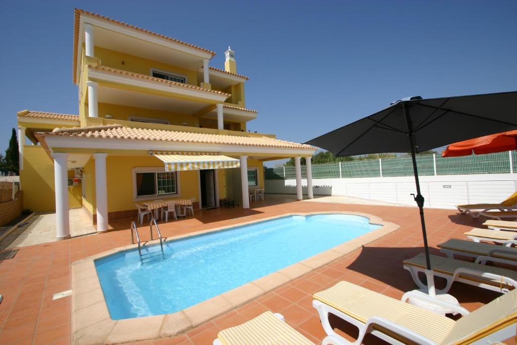 The swimming pool at or near Villa vista mar e piscina
