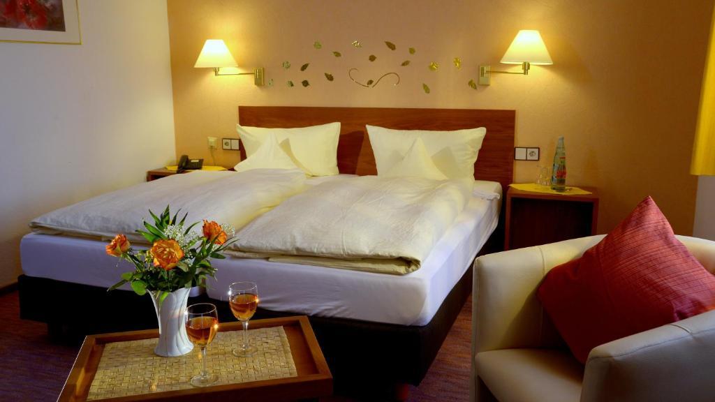 Ein Bett oder Betten in einem Zimmer der Unterkunft Garni Hotel & Ferienwohnungen Seeschlößchen