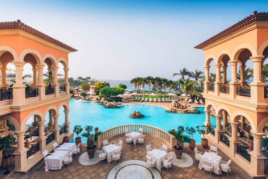 Vista sulla piscina di Iberostar Grand El Mirador - Adults Only o su una piscina nei dintorni