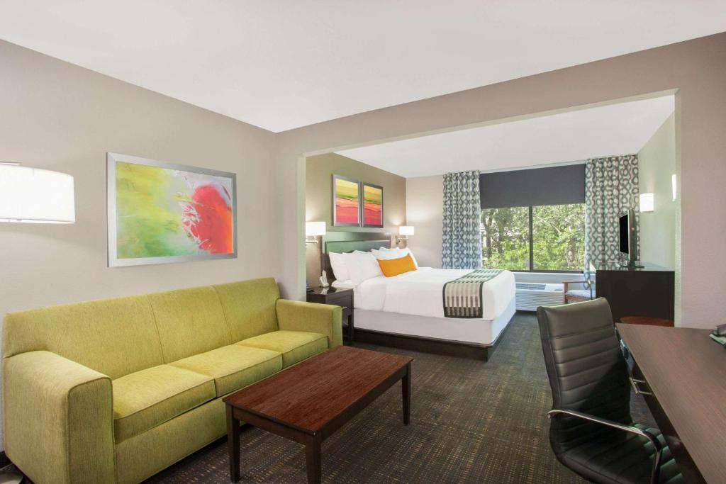 A seating area at Wingate by Wyndham Columbia