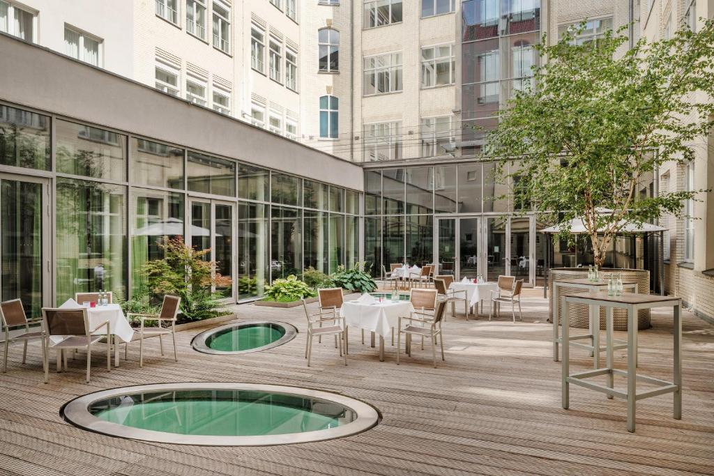 Der Swimmingpool an oder in der Nähe von Mövenpick Hotel Berlin Am Potsdamer Platz