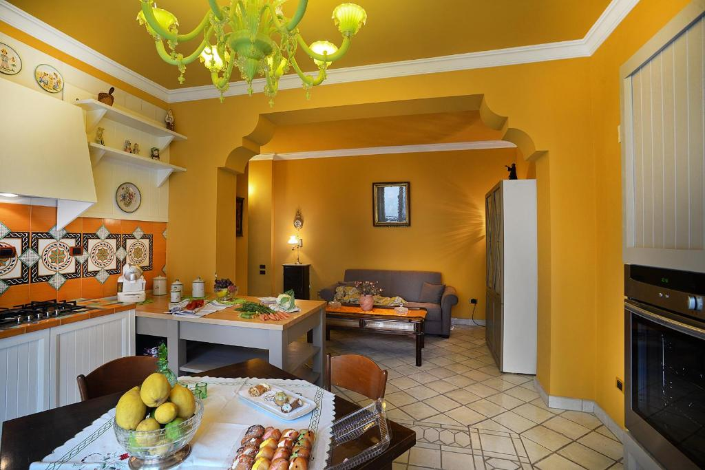 A restaurant or other place to eat at Donna Filomena Casa Vacanza di Charme