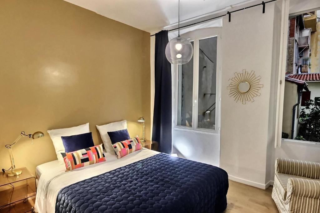 A bed or beds in a room at Les Appartements d'Edmond Sylvabelle