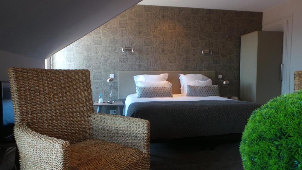 A bed or beds in a room at Le Nouvel Hôtel