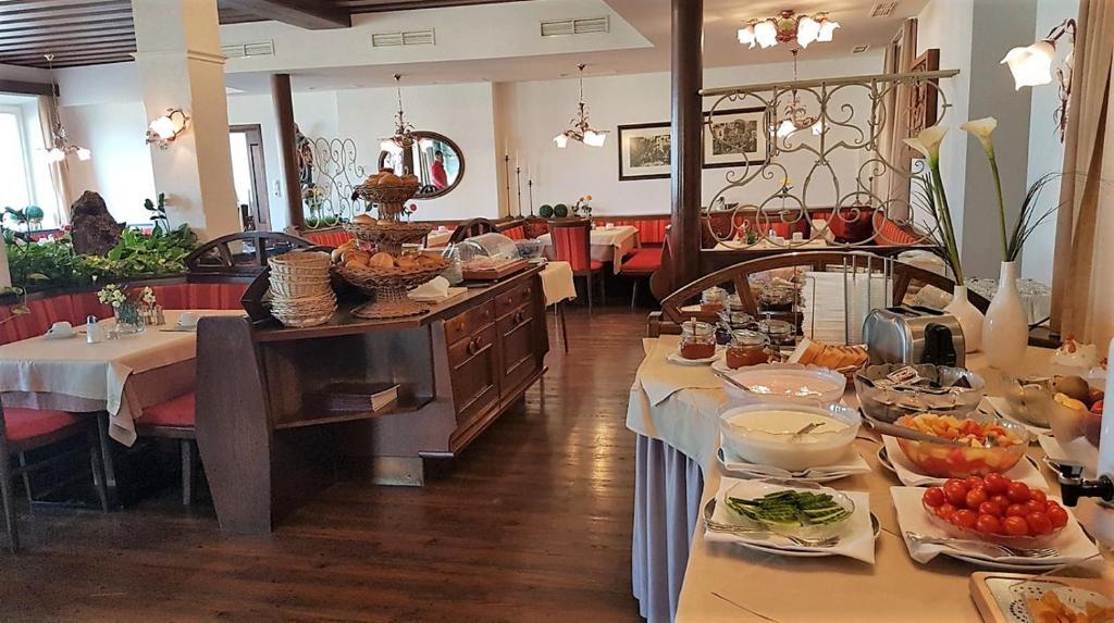 Ein Restaurant oder anderes Speiselokal in der Unterkunft Aldranser Hof