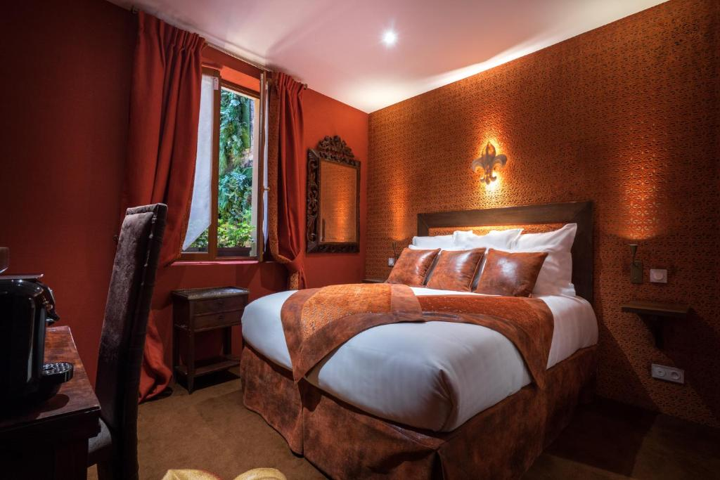 A bed or beds in a room at Le Temple De Jeanne