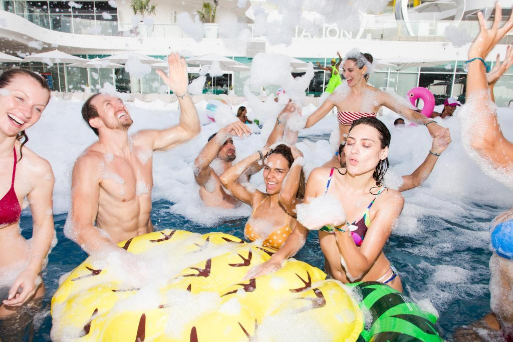 A family staying at Temptation Cancun Resort - All Inclusive - Adults Only