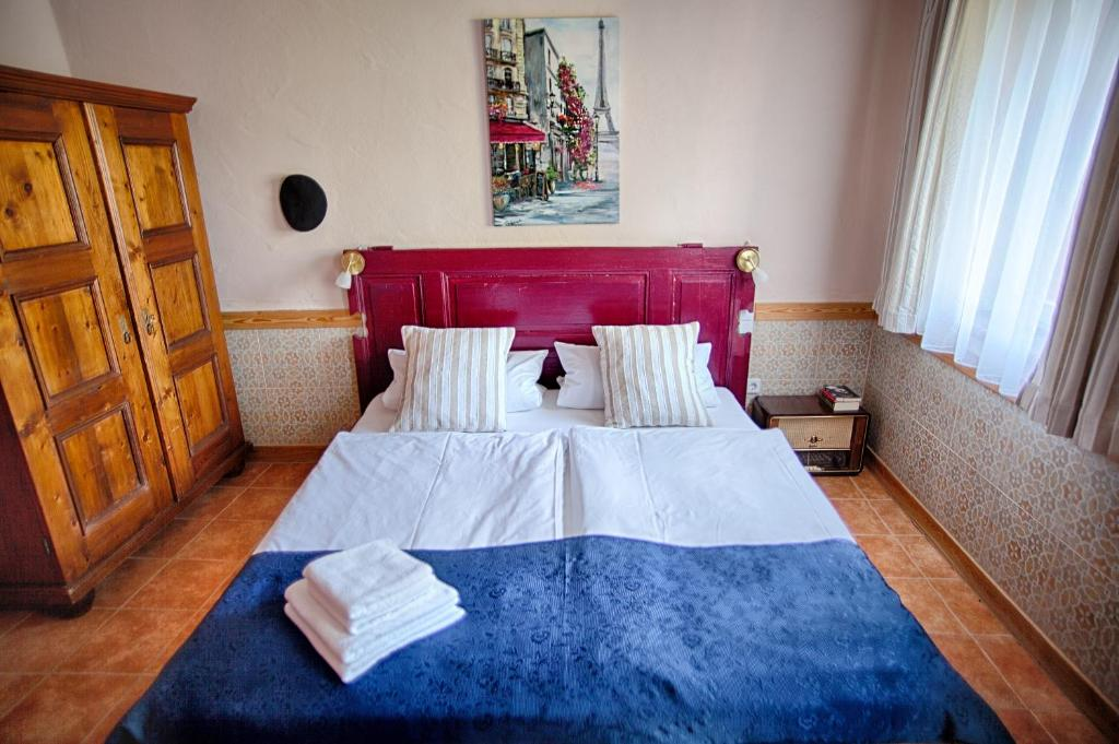 A bed or beds in a room at Benkwitz Hotel