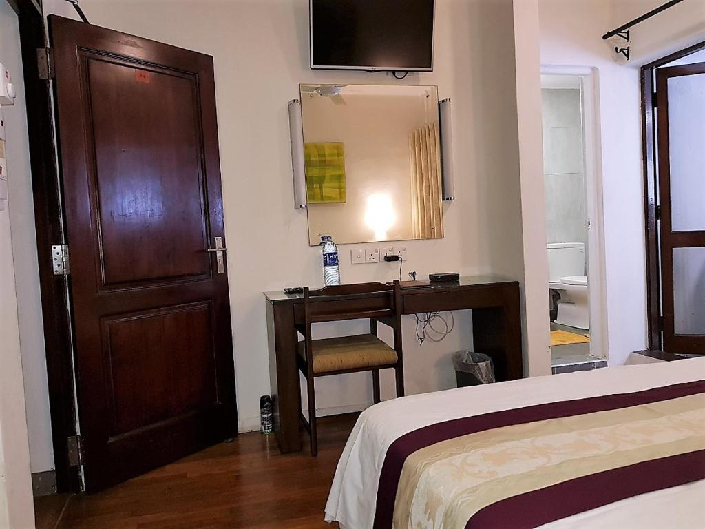 A television and/or entertainment center at 7HCR 1-6 Self-Catering Apt at 7, Hunupitiya Cross Rd