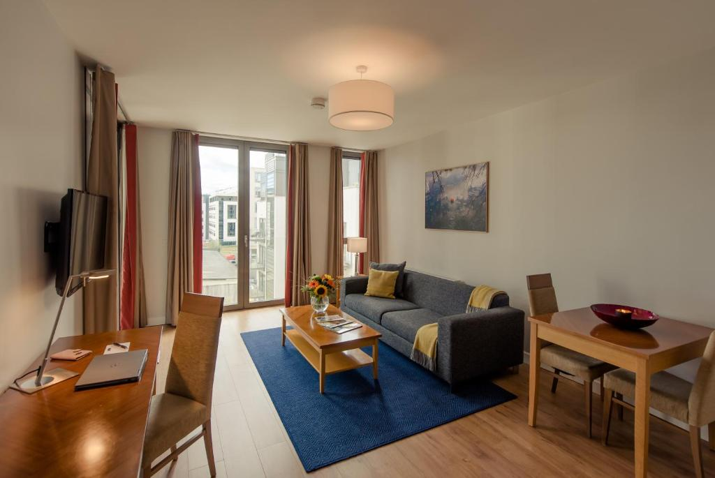 A seating area at PREMIER SUITES Dublin, Sandyford